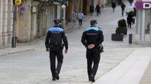Policías locales de Ferrol patrullando a pie por el centro de la ciudad en una foto de archivo