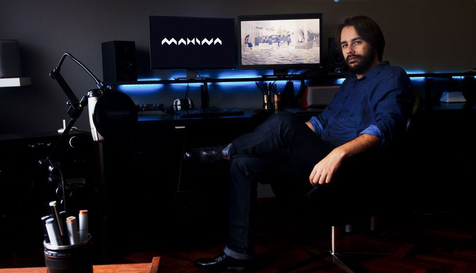 El embalse Barrié de la Maza desaguando a 417 m3/sg.El realizador muestra una escena del videoclip en el estudio que tiene en Santiago.