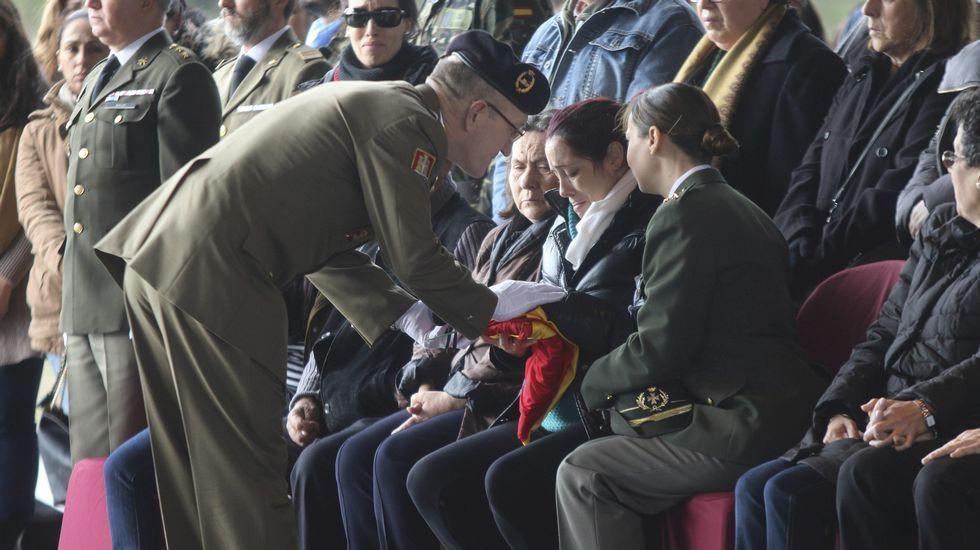 El rey preside por primera vez la entrega de despachos en Marín.El ministro español de Defensa, Pedro Morenés, saluda a su homóloga alemana, durante la reunión de ministros de Defensa en la OTAN
