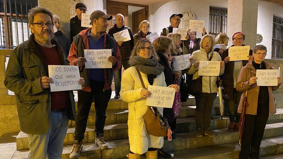La plataforma sanitaria protagonizó una protesta a la entrada del consistorio