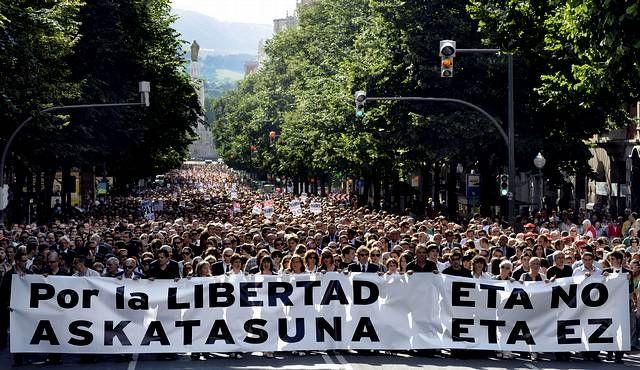 Varios bañistas detienen a narcotraficantes en una playa de Granada.Familiares de víctimas de la banda terrorista ETA se manifiestan en Bilbao