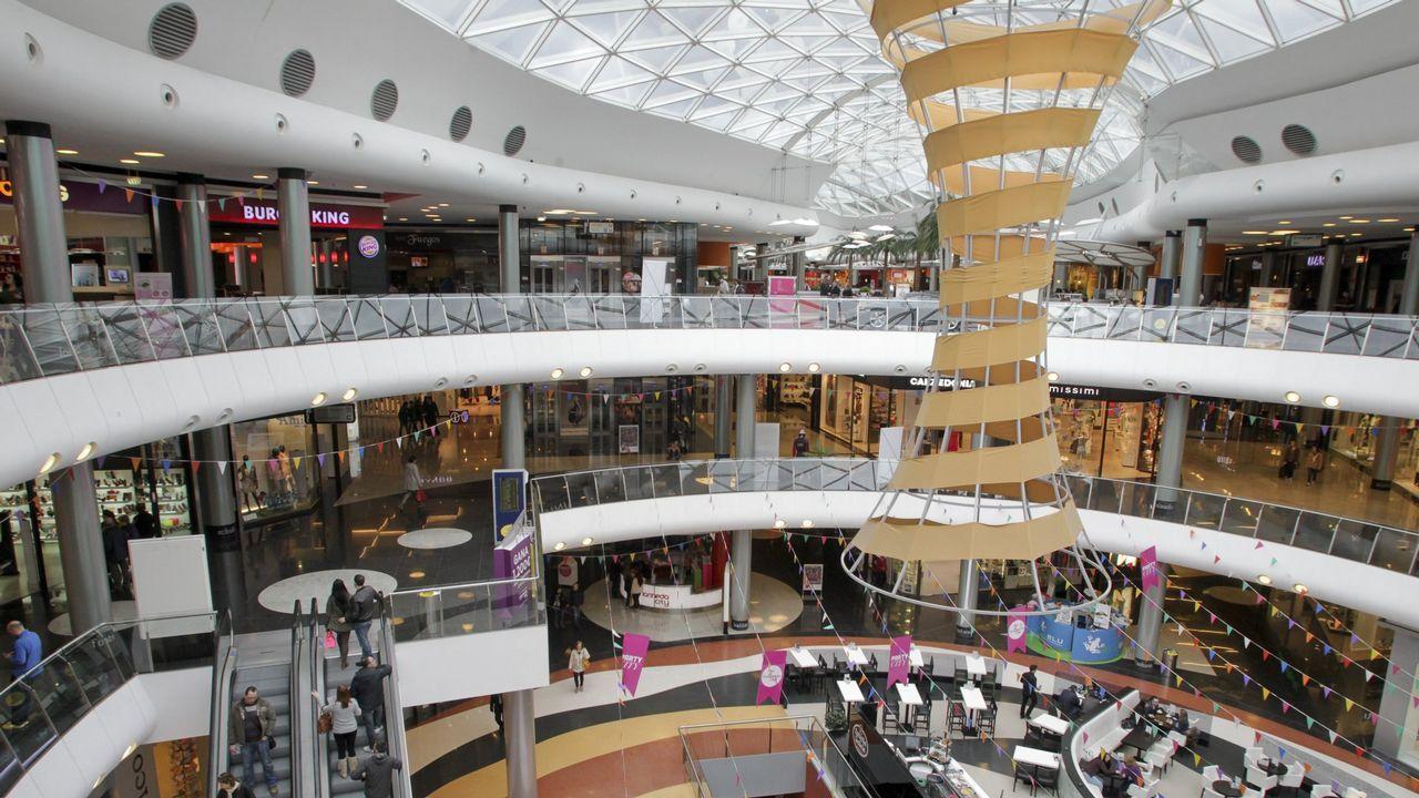 espacio coruna.Una planta del centro comercial Espacio Coruña con la mayoría de los locales cerrados