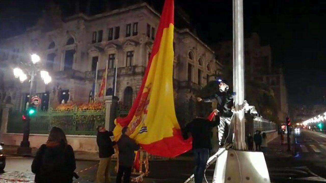 Izado con nocturnidad de la bandera de España en Oviedo
