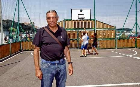 Luis Santiago, ayer, posando en una de las múltiples pistas de baloncesto existentes en Marín.
