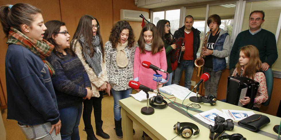 Xosé Manuel Varela e Icía Varela -por la derecha- con el músico y compositor Suso Moreira y los jóvenes que han dado vida a las canciones de <span lang= gl >O grilo Míllelo</span>, visitaron ayer el estudio de Radio Voz en Carballo para presentar este proyecto colectivo.
