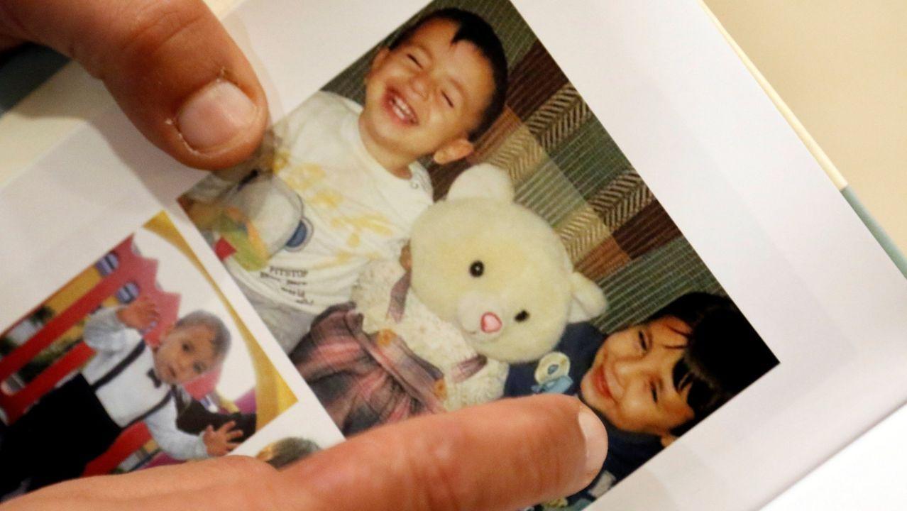 Abdula Ghaleb Kurdi muestra una foto de sus dos hijos ahogados en el 2015
