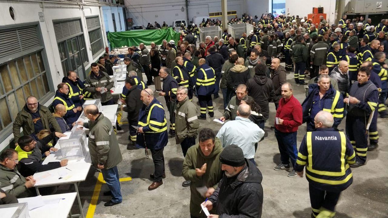 Delegados de la industria auxiliar y miembros del comité de Navantia Ferrol se concentraron esta mañana en la entrada del astillero