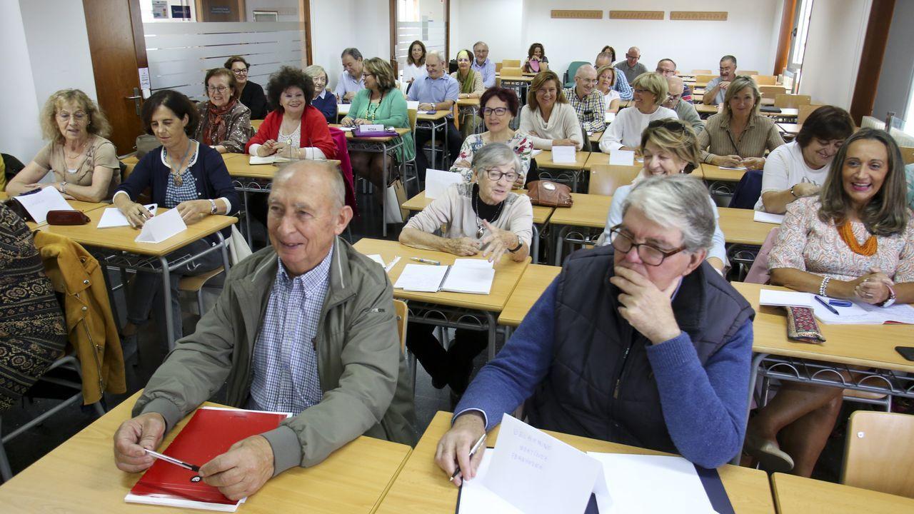 En la imagen, alumnos de la Sénior en una clase celebrada ayer en el Edificio de Apoio ao Estudo