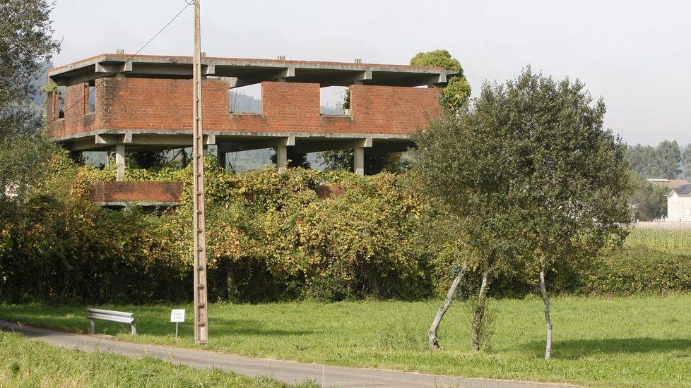 Estructura de un edificio sin terminar en Vimianzo.