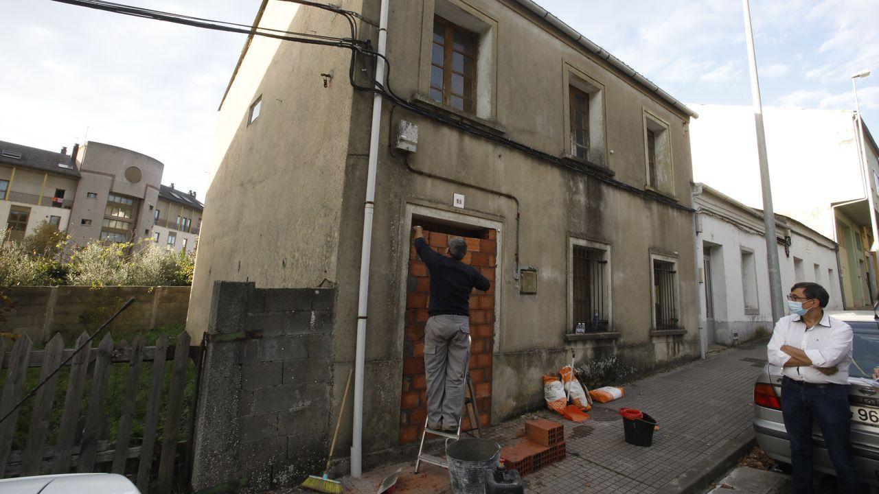 Numerosos inmuebles de esta zona de las afueras de la capital lucense están tapadas con ladrillo para evitar usurpaciones