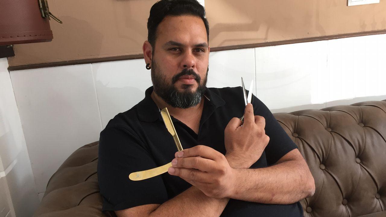Hernán González en su barbería