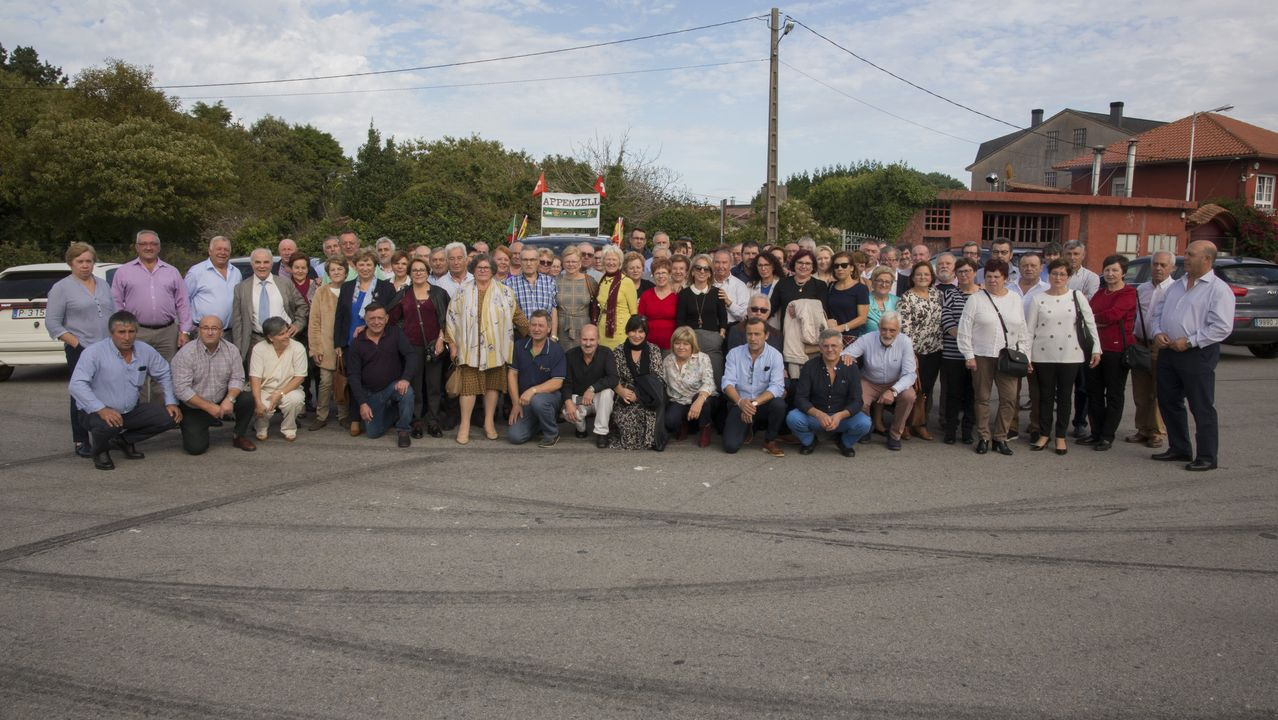 Reunión de emigrantes retornados deAppenzell, en Suiza.El actor Eusebio Poncela, en una de las dramatizaciones del documental «El cuadro»