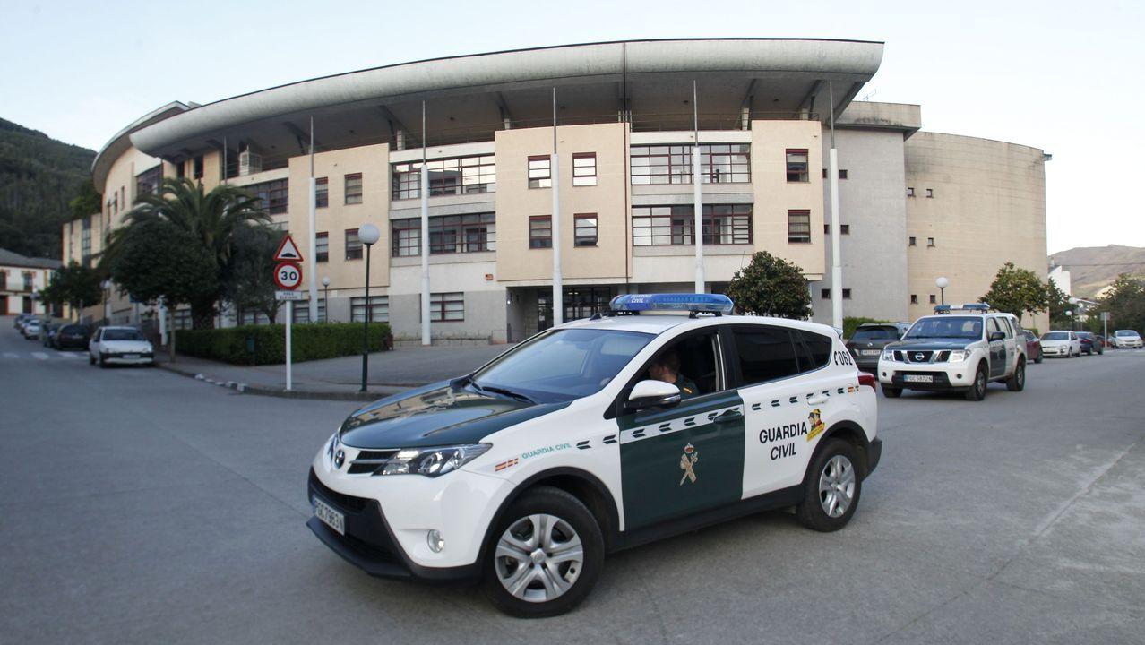 Solo en la tarde del viernes, personal sanitario tomó muestras a diecisiete personas en el puesto instalado en el aparcamiento del hospital de Monforte