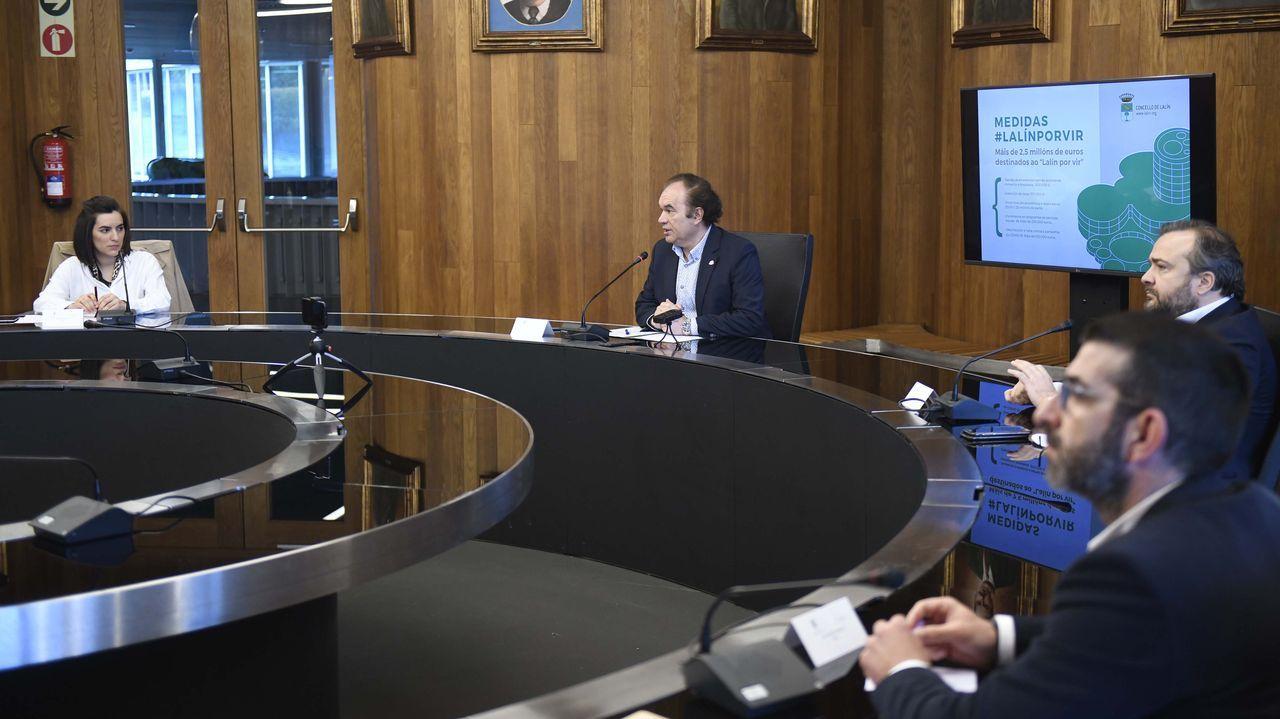 Niño Becerra: «El poder, más que el Estado, lo tendrán cada vez más las grandes empresas».Tienda Xoaniña, de Lugo, que se prepara para abrir este lunes 4