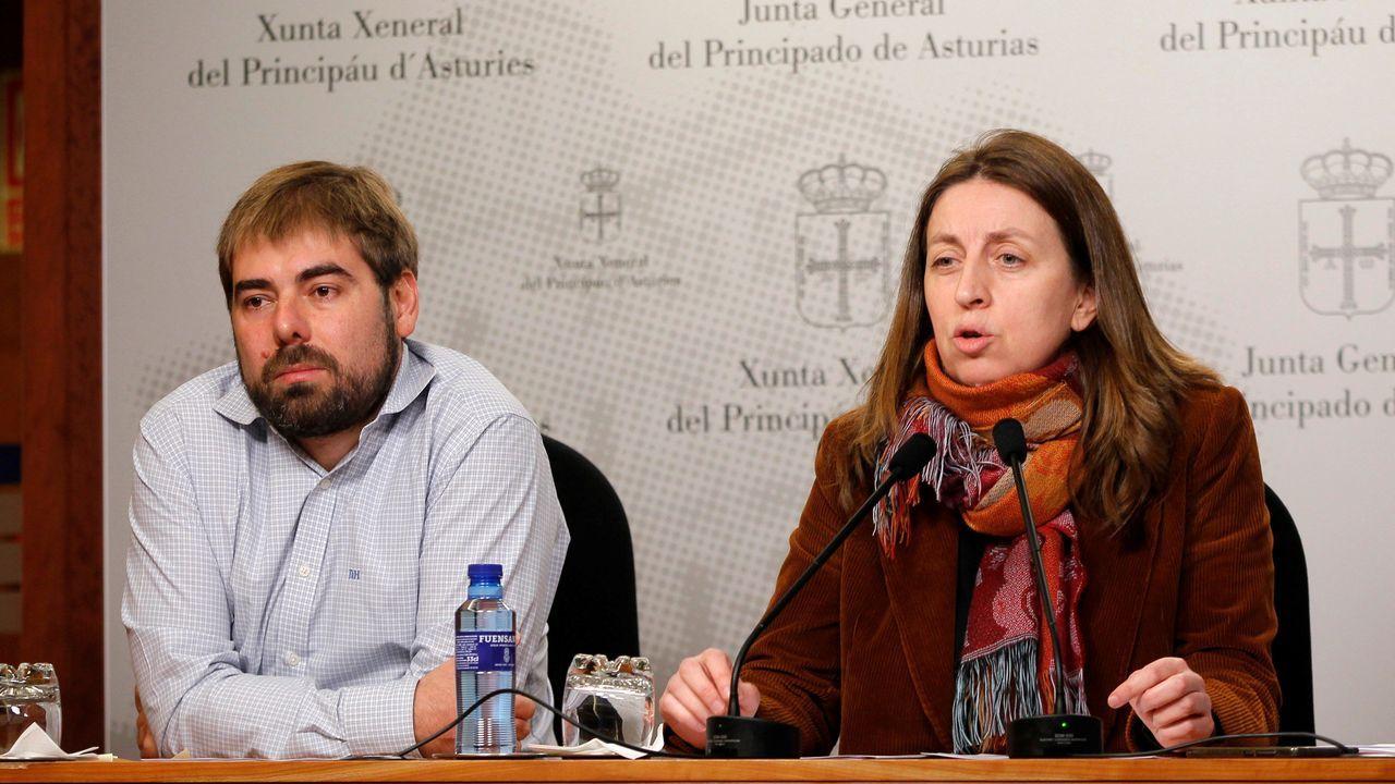 La portavoz de Podemos en el parlamento asturiano, Lorena Gil y el secretario general de la formación morada, Daniel Ripa