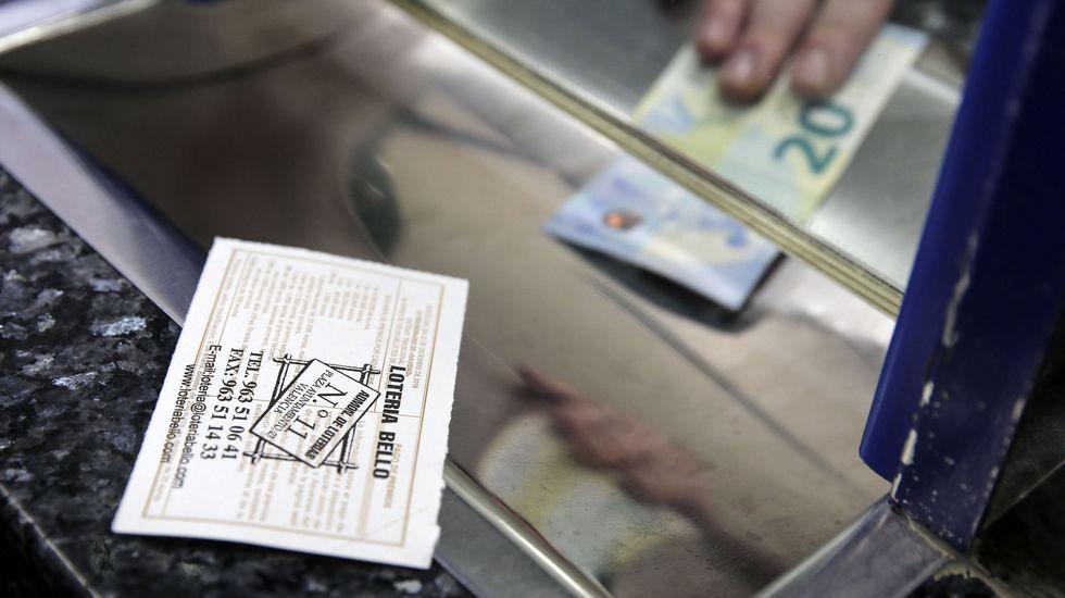 La administracion de Lourenzá reparte una serie del cuarto premio de la lotería de navidad.Sorteo de Navidad