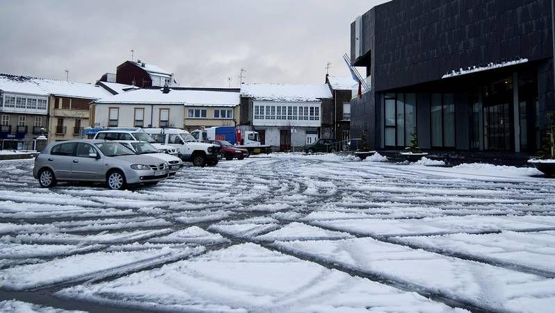 O Cebreiro y su nieve, atractivo turístico.La área de descanso de Fomento ofrece un gran aparcamiento, pero queda alejada del alto.