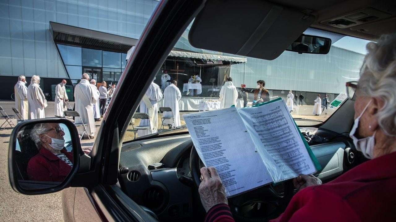 En la localidad de Chalons-en-Champagne, en el noreste de Francia, han optado por celebrar misas al aire libre y con los fieles en sus automóviles. Como si de un autocine se tratase