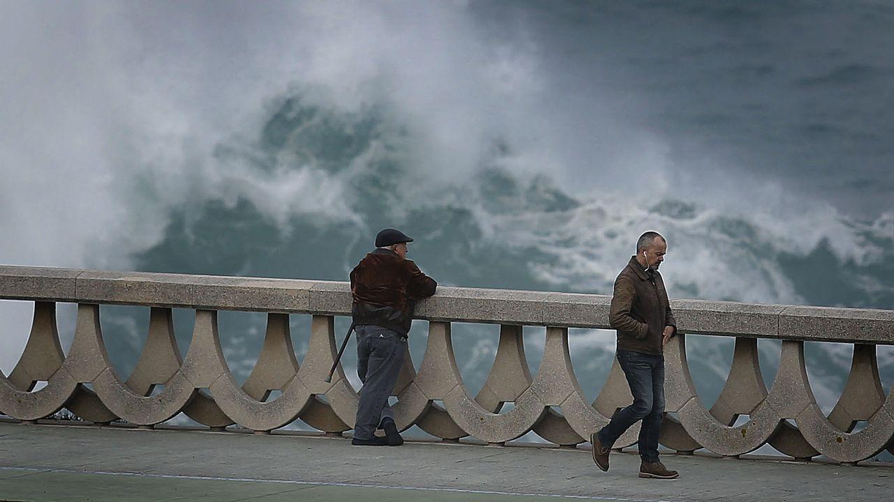Una ciclógenesis antes de Navidad.El temporal marítimo congregó a multitud de vecinos en el Muro de San Lorenzo, en Gijón
