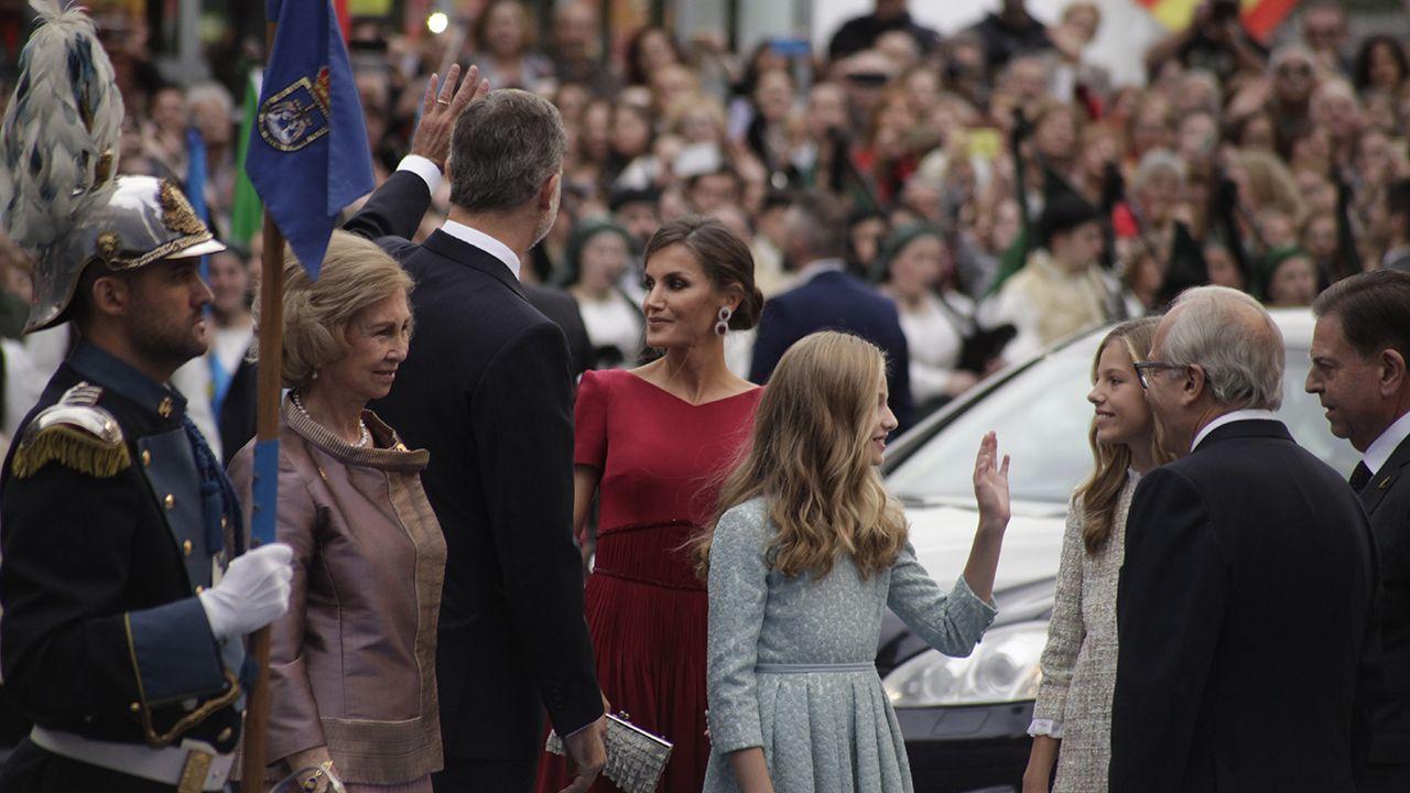Los reyes, la reina Sofía y la princesa Leonor saludan a las autoridades a su llegada al Teatro Campoamor