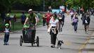 Gente paseando en el Victoria park de Londres este domingo