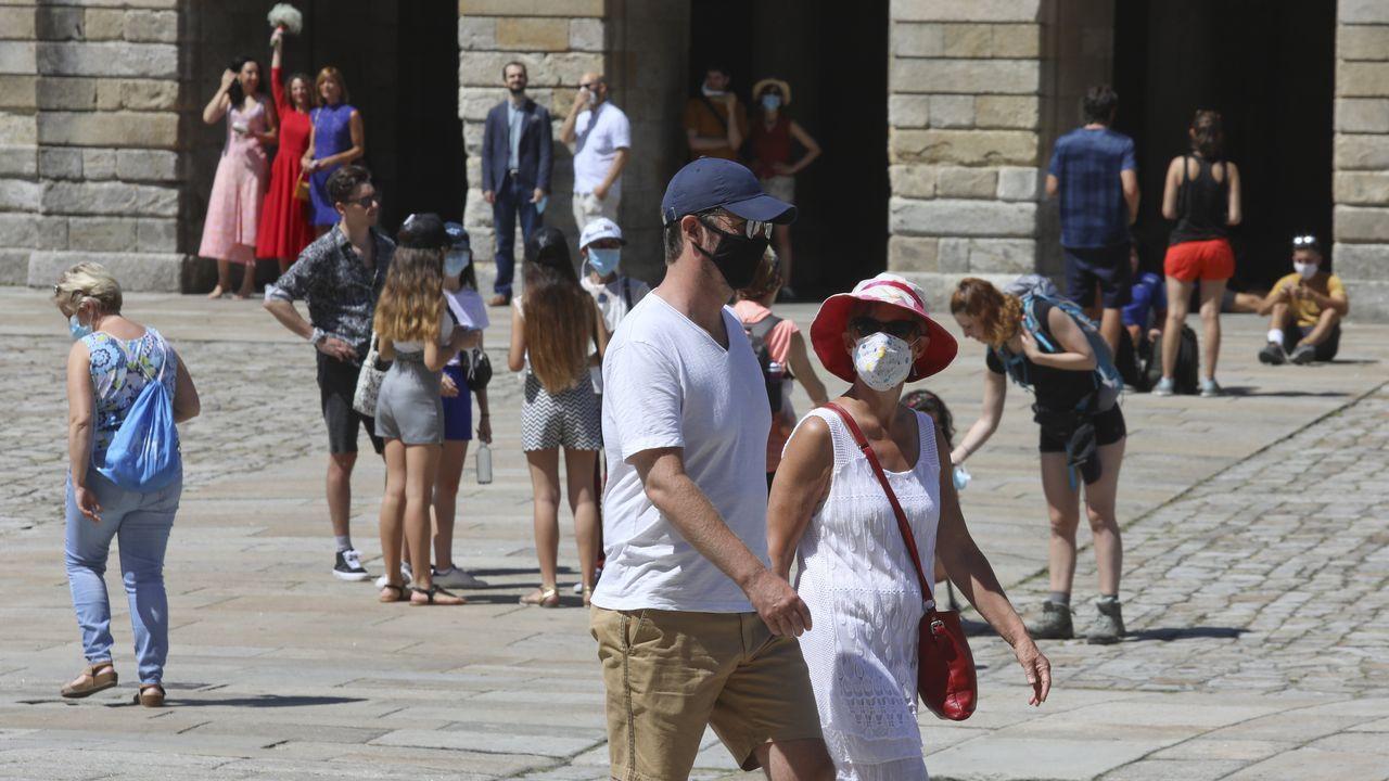 Turistas y vecinos con mascarilla en Santiago
