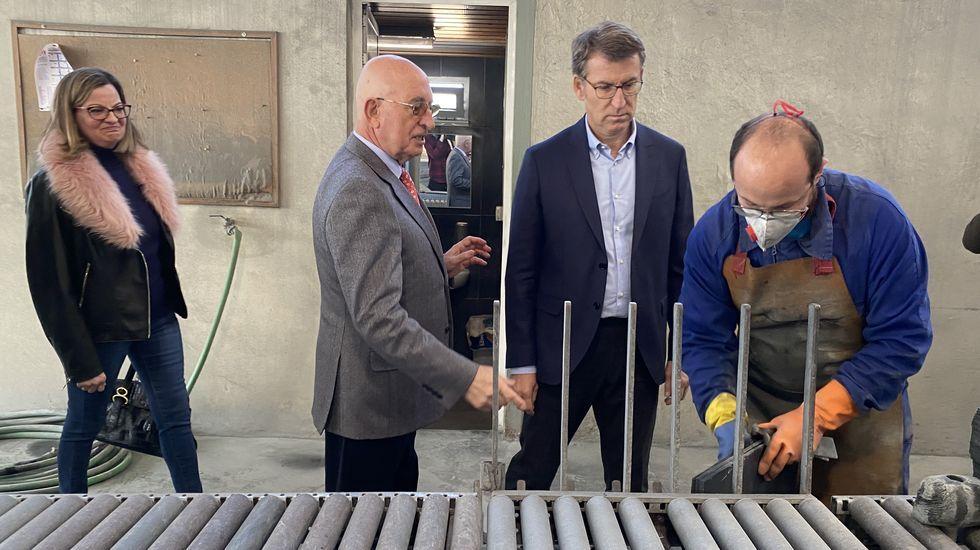 Núñez Feijoo conoce el proceso de elaboración de la pizarra.Visita de importadores a las instalaciones de Abadía da Cova, en O Saviñao