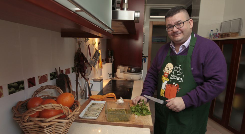 Antonio García, gallego nacido en Palencia y forofo del Dépor, cocina con el mandil que sus hijas, Paula y María, le han regalado.