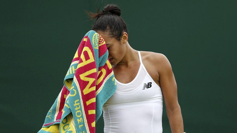 Una jugadora se seca con una de las polémicas toallas durante un partido