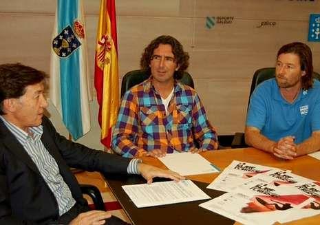 José Ramón Lete, reunido con los dos responsables del Pantín Classic, Marcos Rodríguez y Miguel Galeiras.