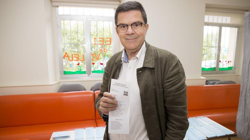 Jornada de elecciones. Votaciones en Vilela (Carballo). Vota el candidato popular, Aurelio Nuñez