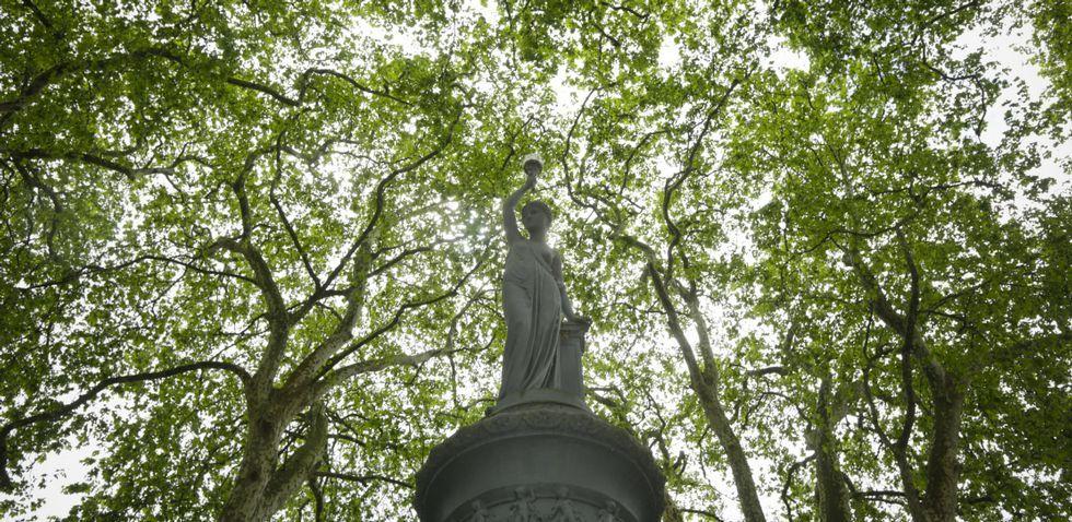 Con permiso de las Bárbaras, la plaza de Azcárraga tal vez sea la plaza más bonita del mundo (al menos de este mundo).