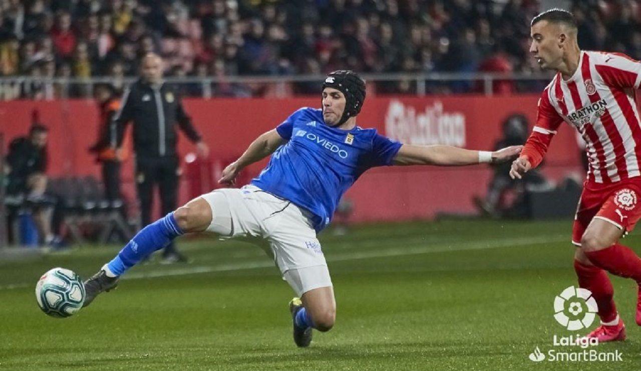 Luismi trata de despejar un balón frente a Borja García