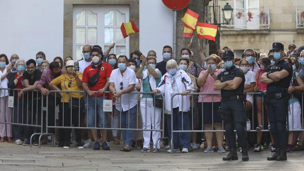 Público tras la valla esperando para saludar a los reyes en Santiago