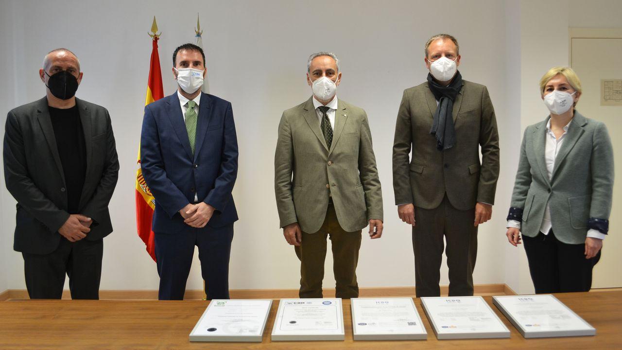 La Comunidad de Montes de Cea denuncia vertidos de uralita.El acto de entrega de las certificaciones tuvo lugar en la sede portuaria de Vilagarcía