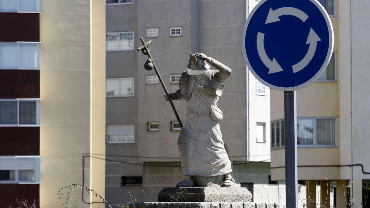 La estatua del peregrino en Monforte tiene la boca tapada con una tela a modo de mascarilla desde que empezó la alerta sanitaria