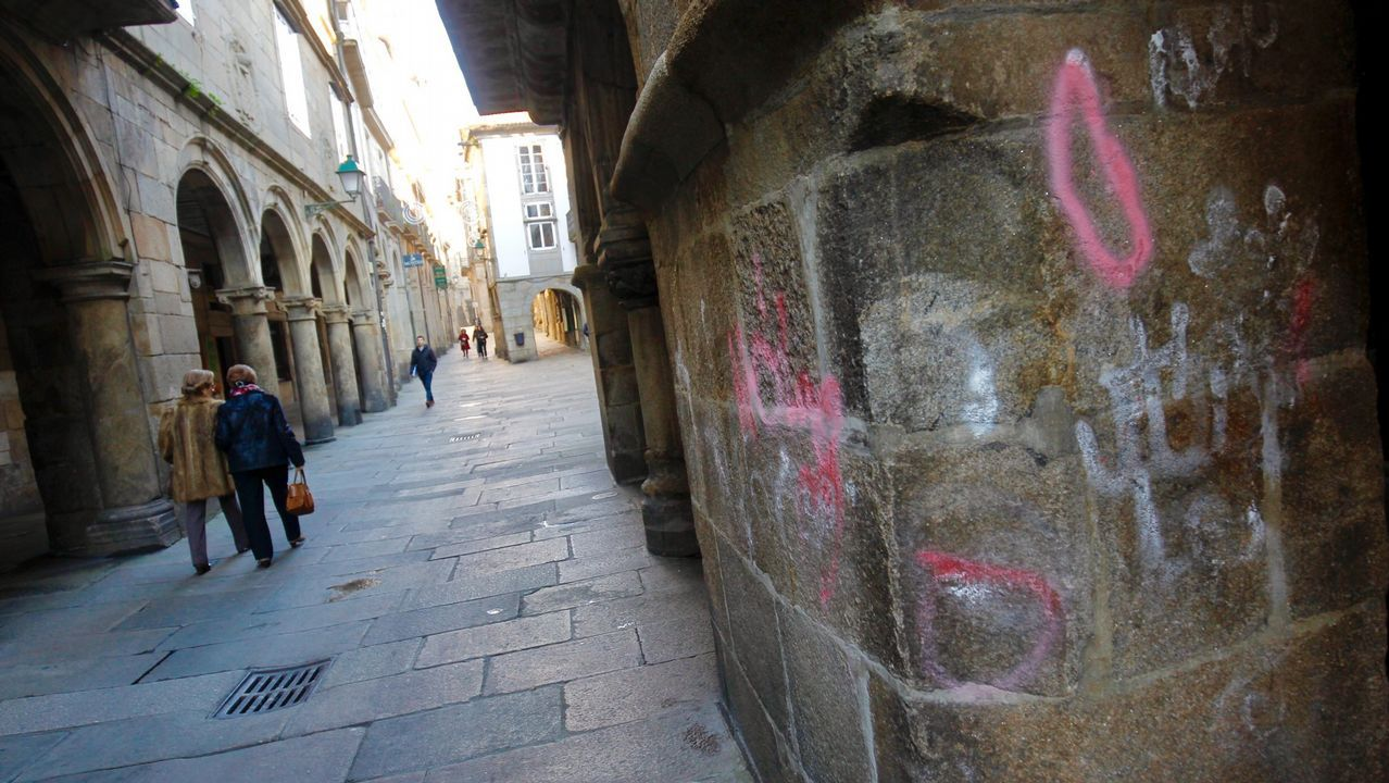 Soportales de la Rúa do Vilar con pintadas encontradas en enero de este año