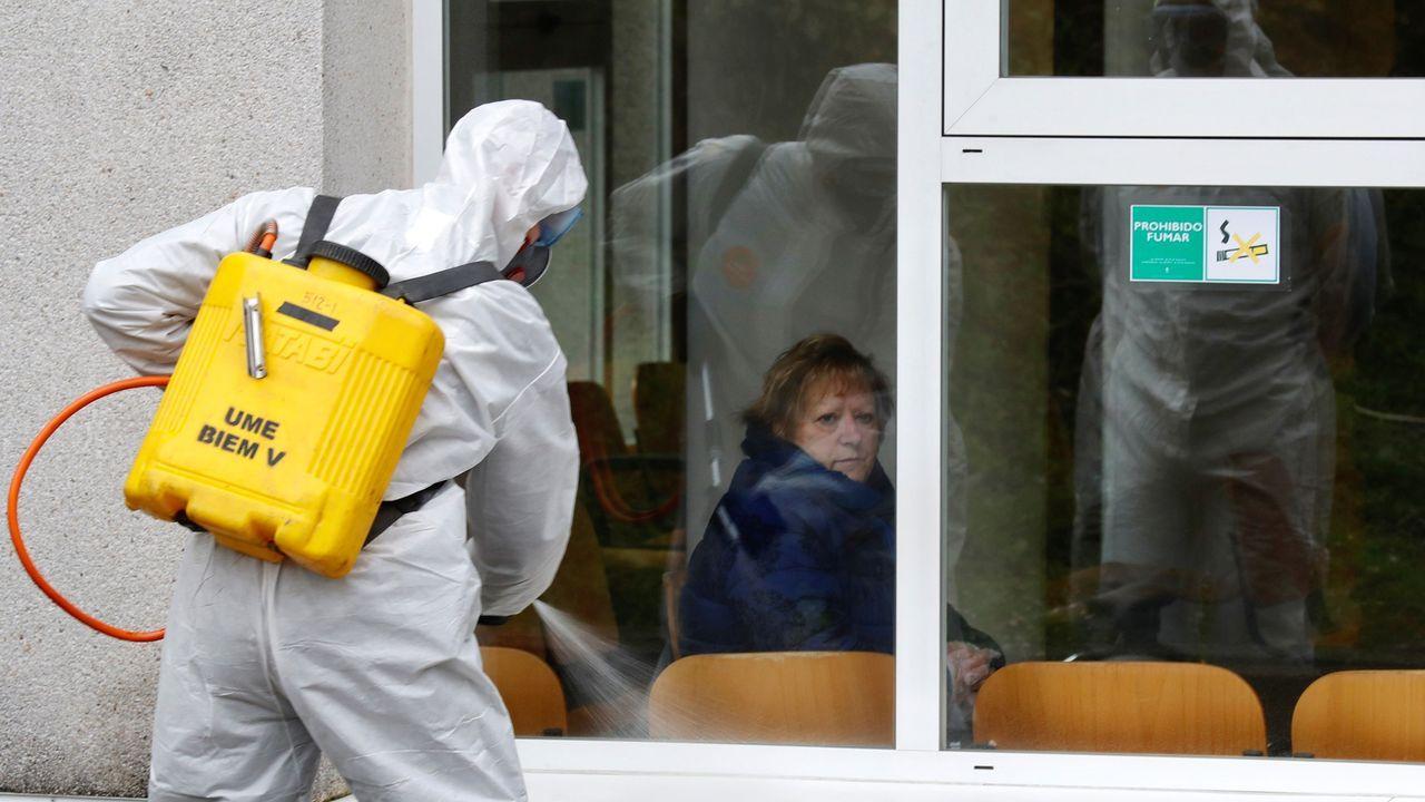 Efectivos de la Unidad Militar de Emergencias UME, se preparan para iniciar las labores de desinfección del hospital de Cabueñes de Gijón