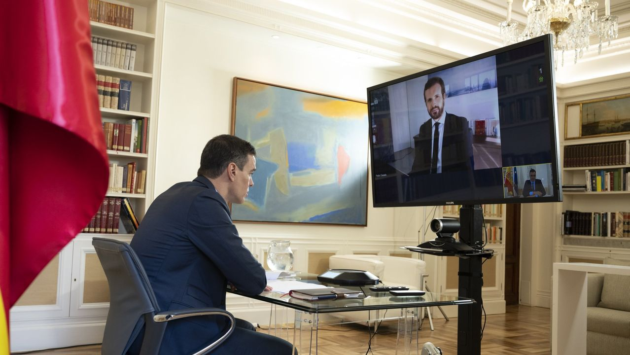 El presidente del Gobierno, Pedro Sánchez, durante una videoconferencia con el líder de la oposición, Pablo Casado, el pasado 20 de abril
