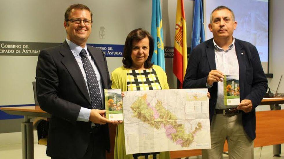 Lobos grande.Manuel Calvo, María Jesús Álvarez y Javier Nievas, con el nuevo mapa del Parque Las Ubiñas-La Mesa