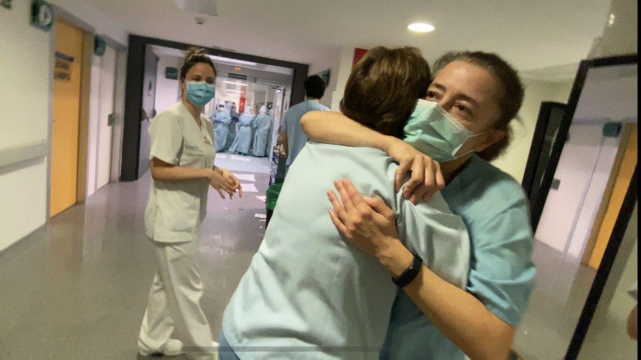 Personal de uci celebrando la salida del primer paciente con covid-19