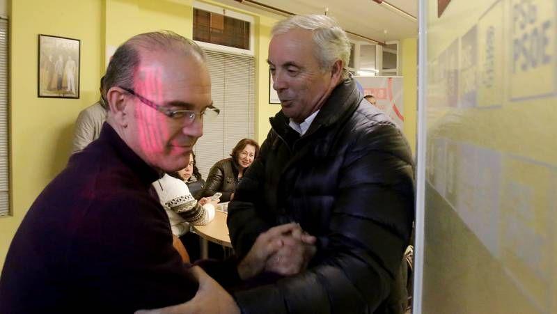 Bugallos.Rosón felicitó a Reyes al concluir las primarias, pero el partido ha quedado tocado.