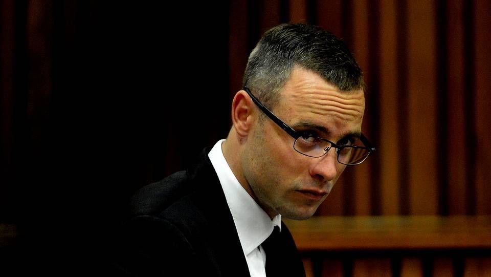 El atleta paralímpico sudafricano Oscar Pistorius asiste a una nueva sesión del juicio por el asesinato de su novia, la modelo Reeva Steenkamp