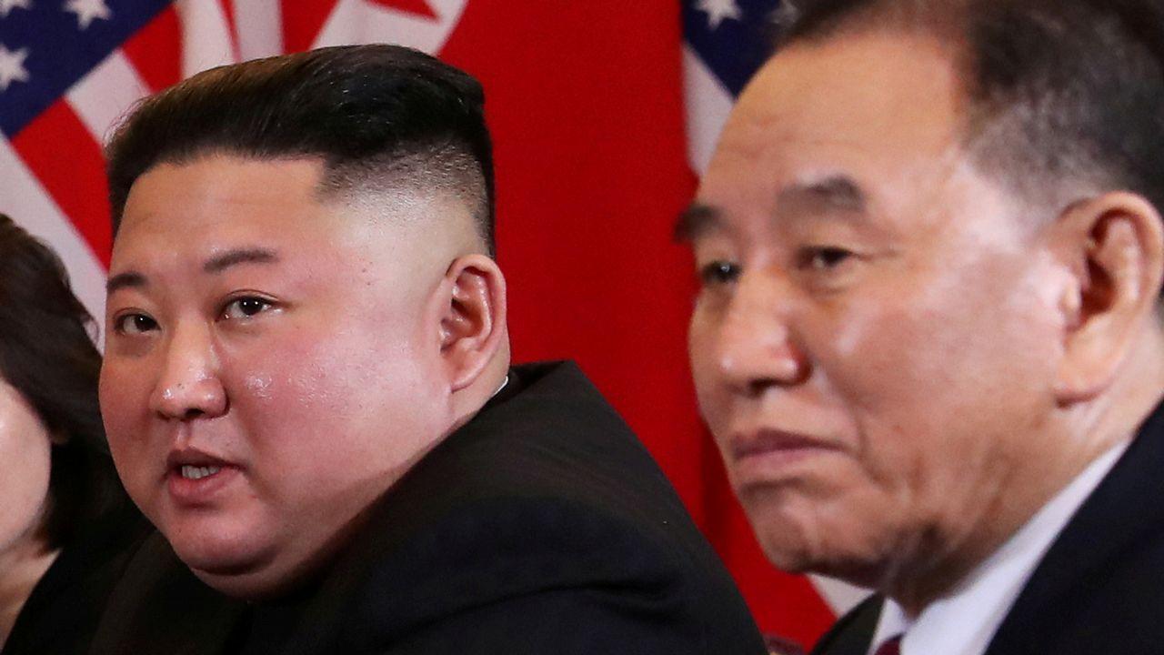 Kim Jong-un y Kim Yong-chol, durante la cumbre on Trump celebrada en febrero ene Hanói