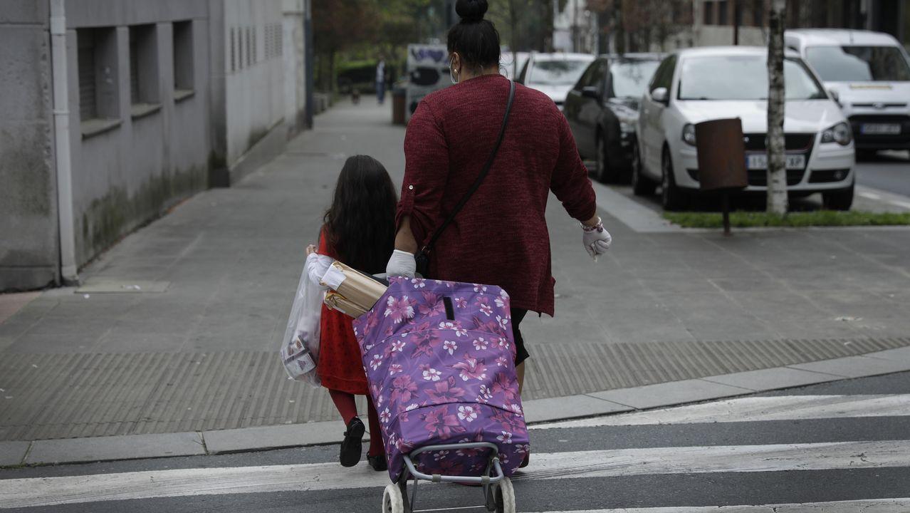Una madre, acompañada por su hija durante la pandemia del coronavirus.
