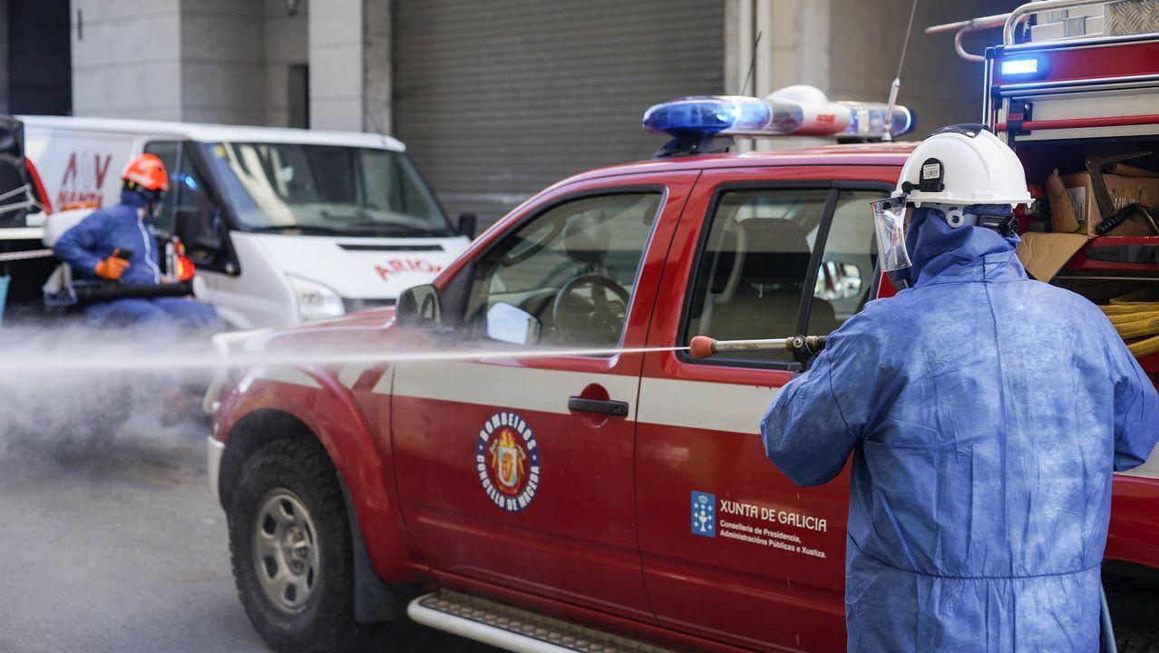 Protección Civil de Maceda desinfecta cada día al son de la música