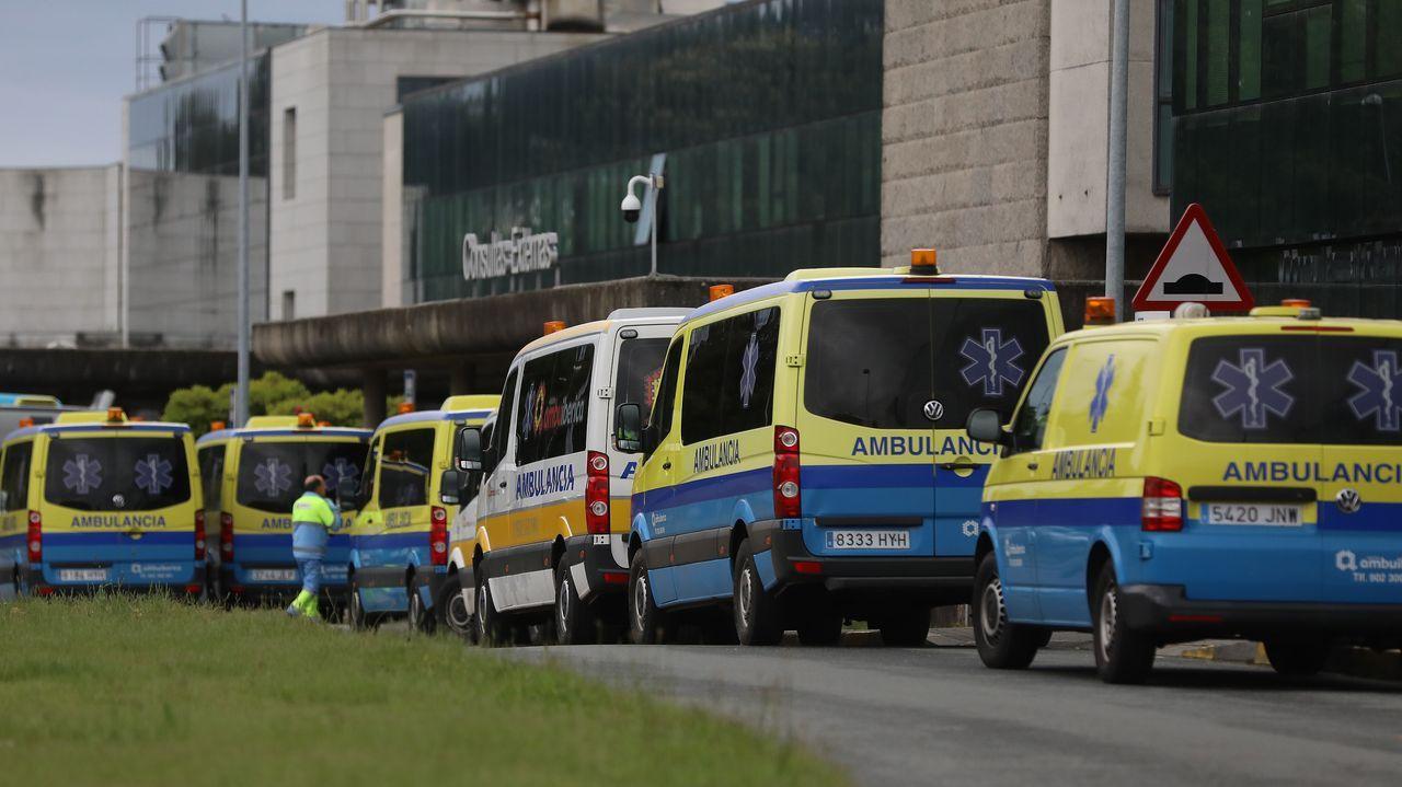 Ambulancias frente al CHUS, en Santiago