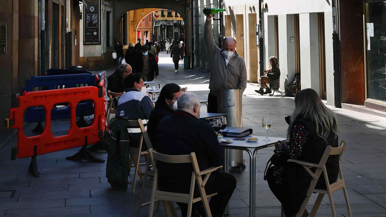 Clientes en una terraza en la calle Cimadevilla de Oviedo