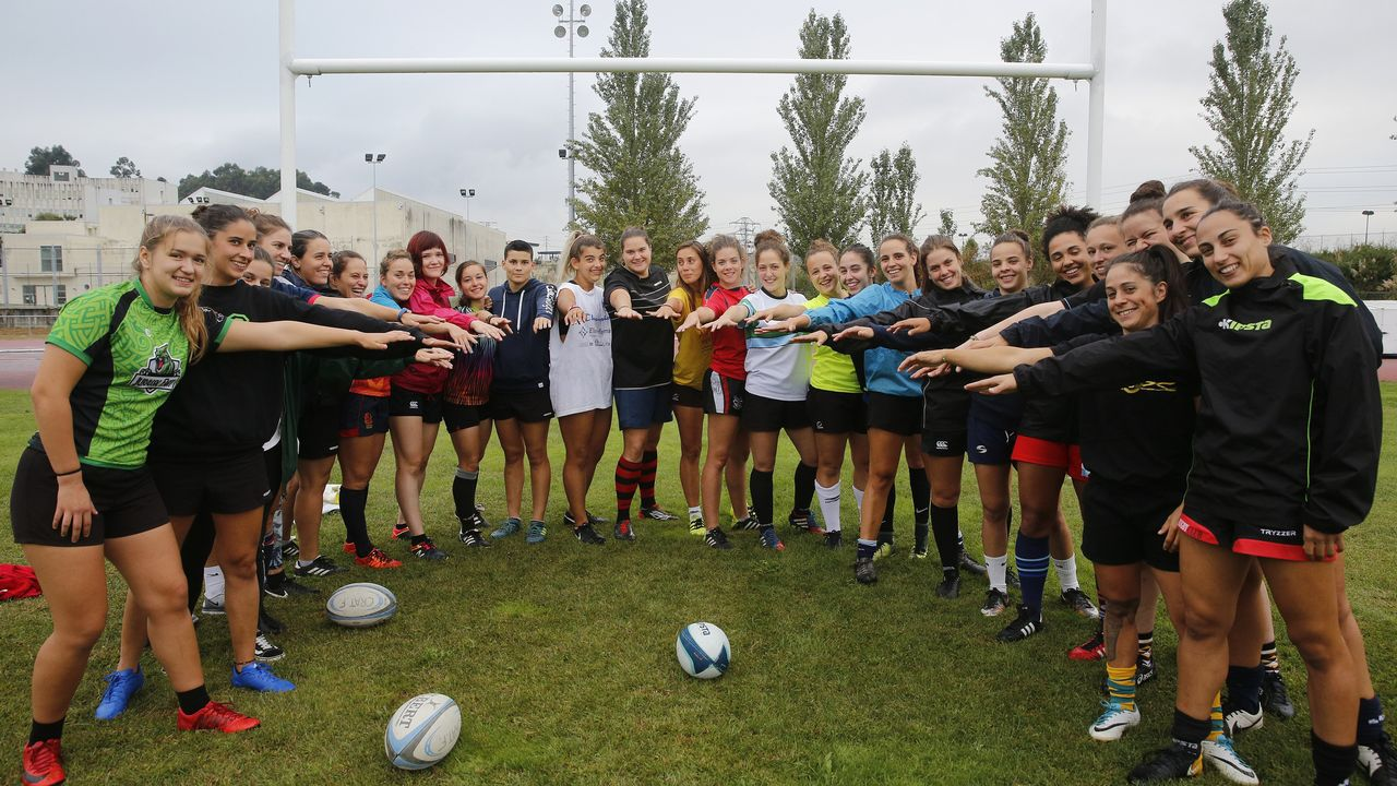 Las jugadoras del CRAT, en el campo universitario de Elviña