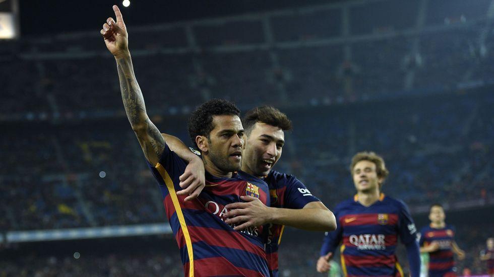 El defensa del Levante Toño disputa un balón con Luis Suárez